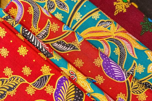 Primer plano de ángulo alto de coloridos textiles con hermosos patrones asiáticos Foto gratis