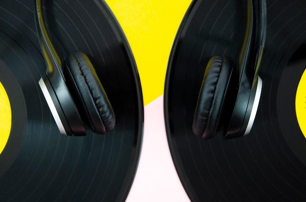 Primer plano de auriculares con discos de vinilo Foto gratis