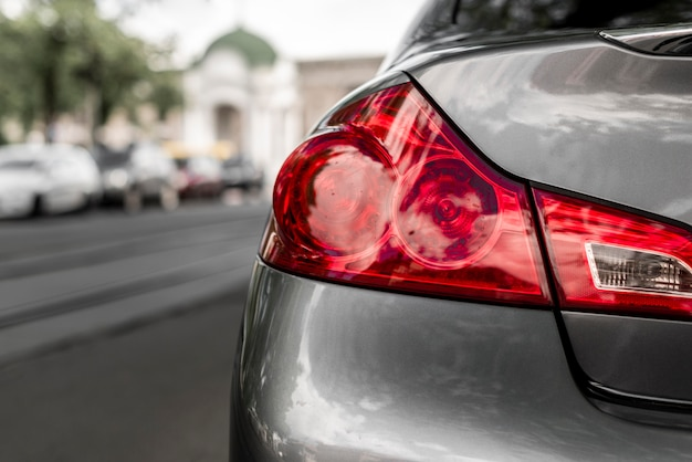 Primer plano del auto en la ciudad Foto Premium