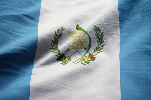 Primer plano de la bandera con volantes de guatemala, bandera de guatemala soplando en el viento Foto Premium