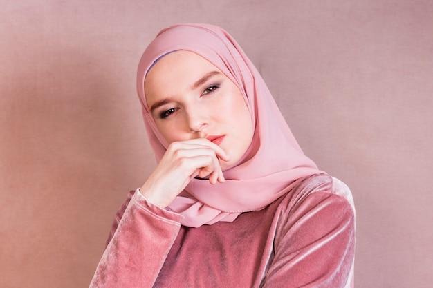 Primer plano de una bella mujer árabe contemplada Foto gratis