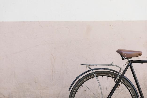 Primer plano de una bicicleta frente a una pared pintada Foto gratis
