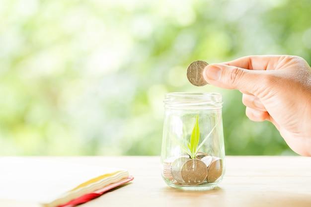 Un primer plano de una botella llena de monedas Foto gratis