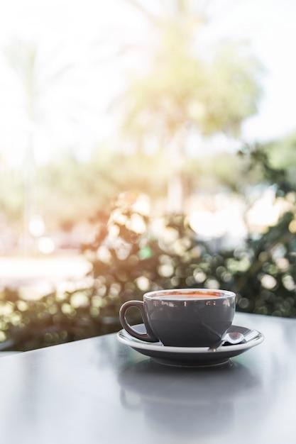 Primer plano de café recién hecho en un café Foto gratis