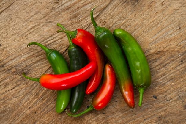 Primer plano de chiles verdes y rojos Foto gratis