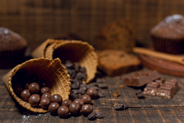 Primer plano de chips de chocolate dentro de conos Foto gratis