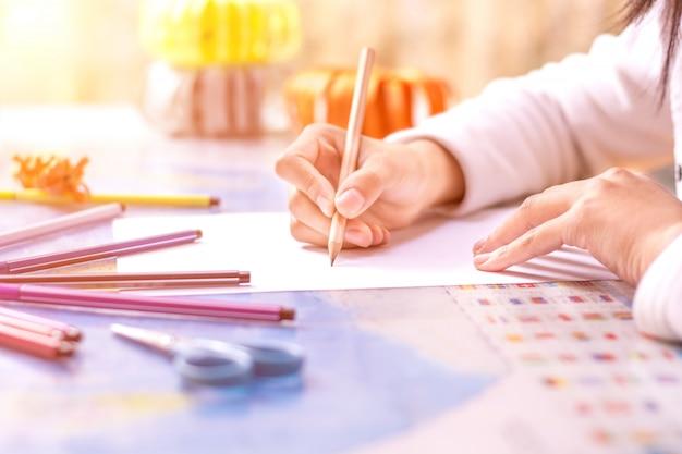 Primer plano de colegiala escribiendo Foto gratis