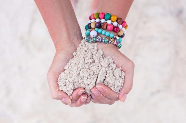 Primer plano de corazón de arena en manos de mujer Foto Premium