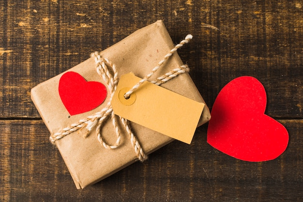 Primer plano de corazón rojo y caja de regalo con etiqueta Foto gratis