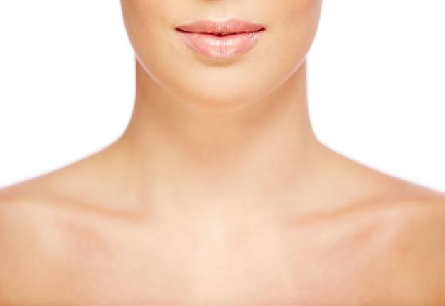 Primer plano del cuello de una mujer con la piel perfecta Foto gratis