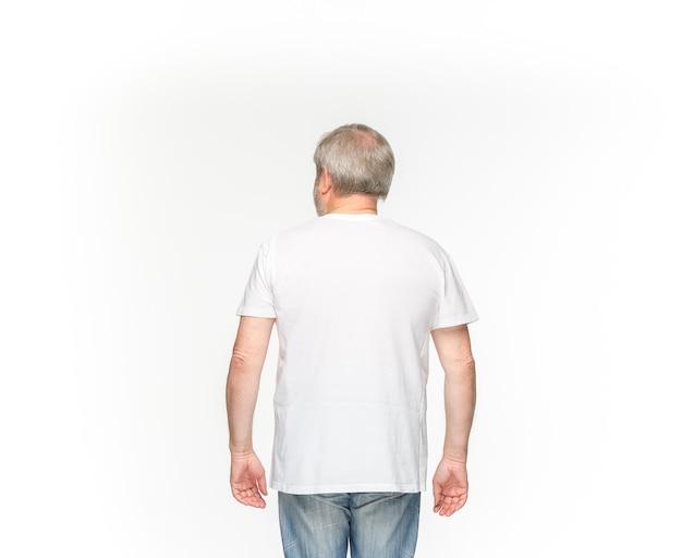Primer plano del cuerpo del hombre mayor en camiseta blanca vacía aislado sobre fondo blanco. ropa, maqueta para el concepto de diseño con espacio de copia. Foto gratis
