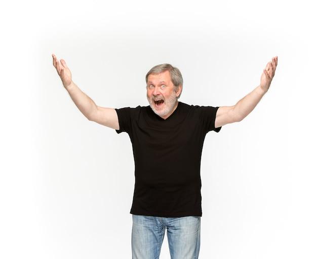 Primer plano del cuerpo del hombre mayor en camiseta negra vacía aislada en blanco. Foto gratis