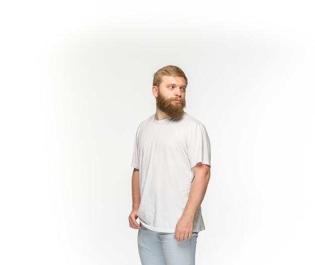 Primer plano del cuerpo del joven en camiseta blanca vacía aislado sobre fondo blanco. ropa, maqueta para el concepto de diseño con espacio de copia. vista frontal Foto gratis