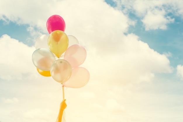 Primer plano de globos de colores con el cielo de fondo Foto Gratis