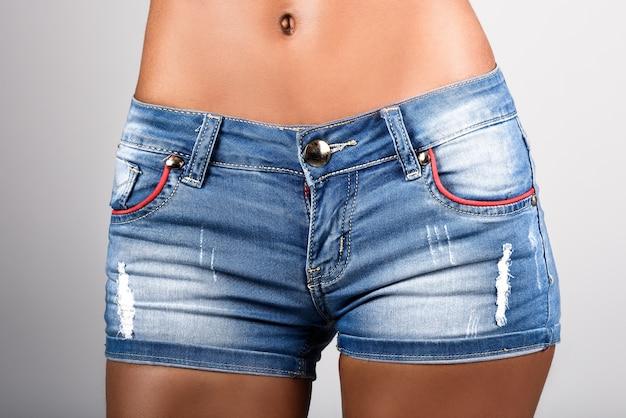 UN REGALO QUE TE DIÓ LA VIDA CAPÍTULO 10: Primer-plano-de-mujer-con-pantalones-cortos-vaqueros_1139-87