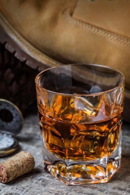 Primer plano de vaso de whisky con hielo   Descargar Fotos gratis