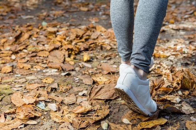 Primer plano de zapatillas blancas de una mujer Foto Gratis