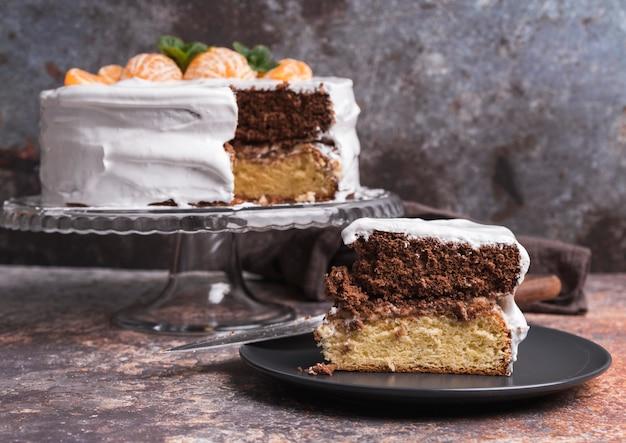 Primer plano delicioso pastel con fruta Foto gratis