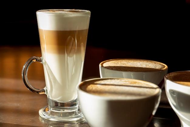 Primer plano delicioso tarde con leche Foto Premium