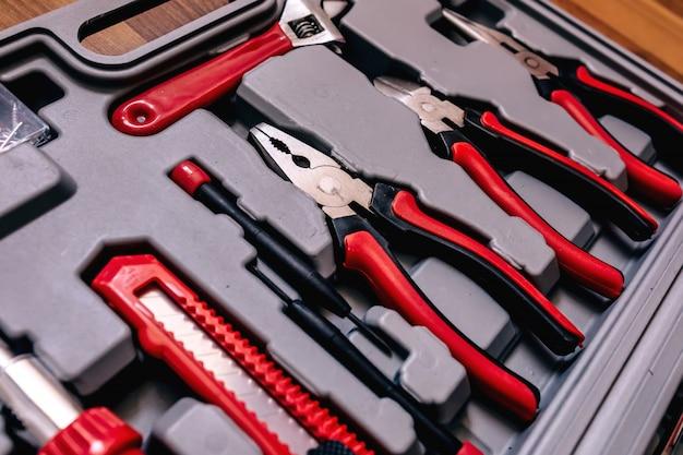 Primer plano de diferentes tipos de herramientas en una caja Foto Premium