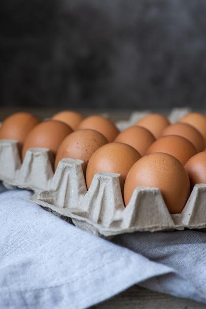 Primer plano disparó una docena de huevos Foto gratis