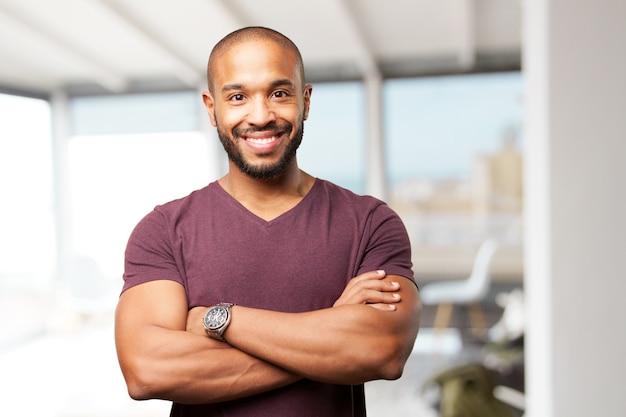 Primer plano de ejecutivo joven con los brazos cruzados Foto gratis
