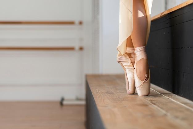 Primer plano elegante bailarina bailando con gracia Foto gratis