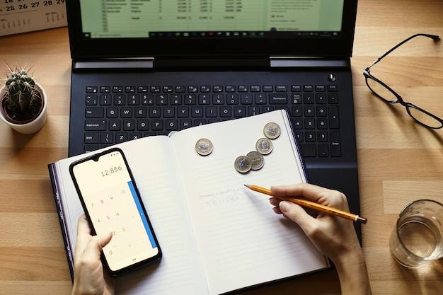 Primer plano de un empresario que trabaja desde casa en sus finanzas y ahorros personales Foto gratis