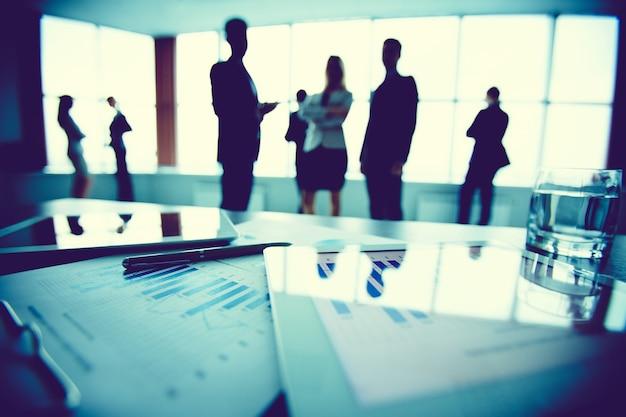 Primer plano de estadísticas con empleados de fondo Foto gratis