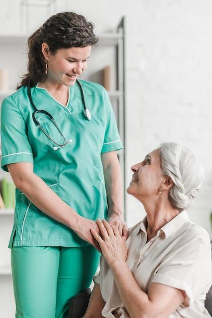 Primer plano de la feliz enfermera con su paciente Foto Premium