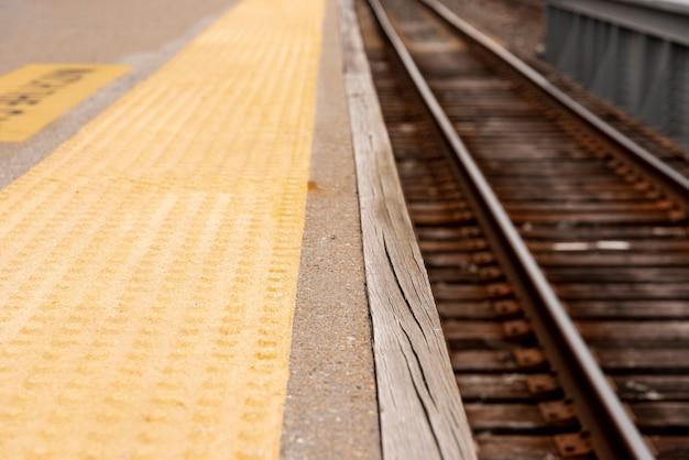 Primer plano de ferrocarriles con fondo borroso Foto gratis