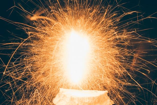 Primer plano de fuegos artificiales iluminados durante el festival Foto gratis