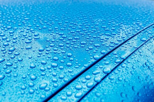 Primer plano de las gotas de lluvia en una carrocería de turquesa con efecto hidrófobo Foto Premium