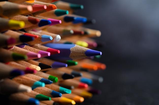 Primer plano con un grupo de lápices de colores, foco seleccionado, azul Foto gratis