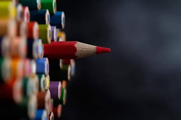Primer plano con un grupo de lápices de colores, foco seleccionado, rojo Foto gratis