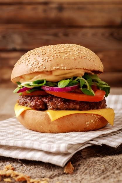 Primer plano de una hamburguesa casera en madera Foto Premium