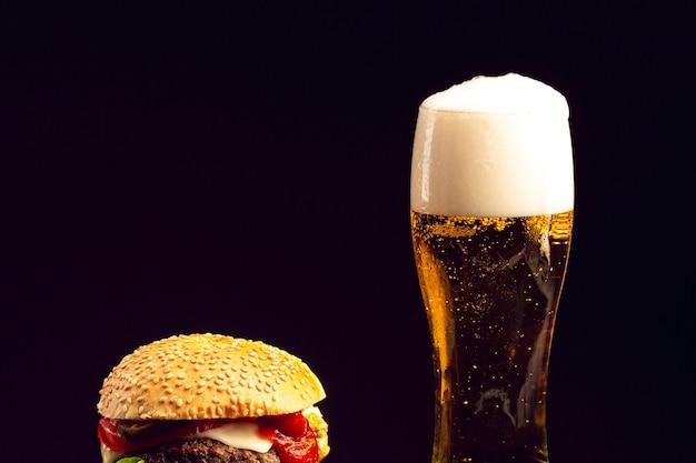 Primer plano de hamburguesa y cerveza Foto gratis