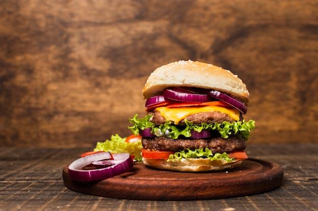 Primer plano de hamburguesa con fondo de piedra Foto gratis