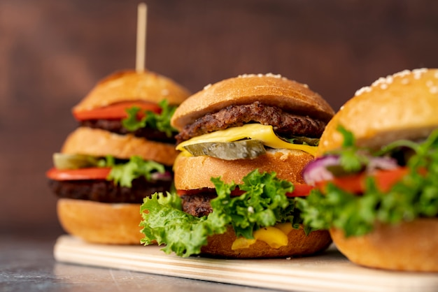 Primer plano de hamburguesas en tabla de cortar Foto gratis