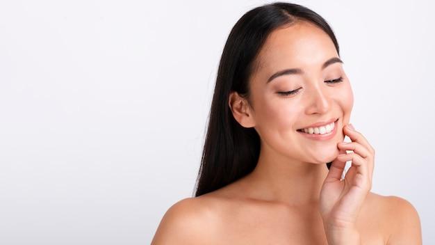 Primer plano hermosa mujer con amplia sonrisa y espacio de copia Foto gratis