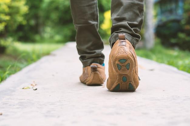 Primer plano de hombre caminando Foto gratis