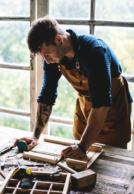 47c3c6c3608 Primer plano de hombre carpintero trabajando con herramientas equipo ...