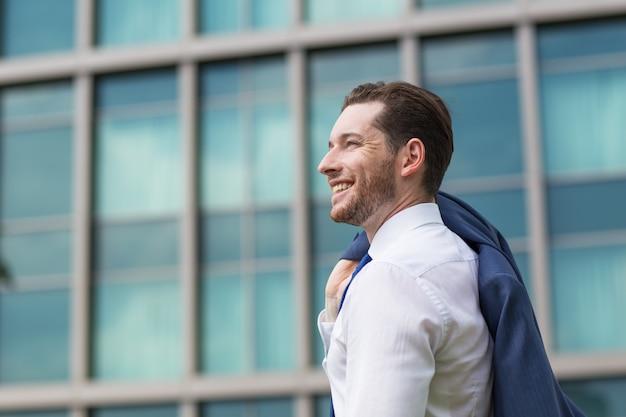 Primer plano de hombre de negocios feliz de pie fuera Foto gratis