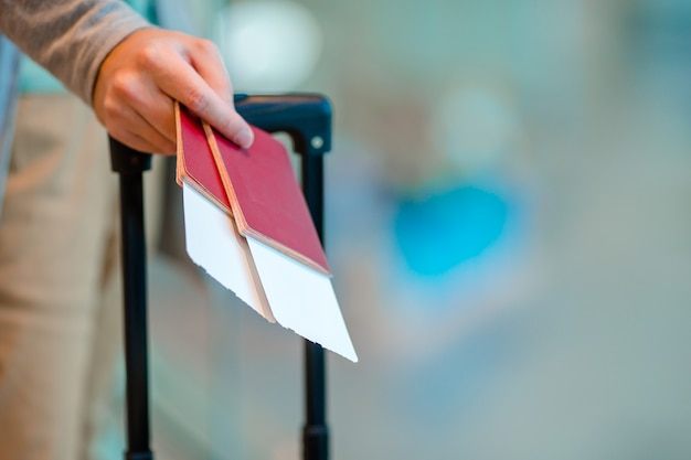 Primer plano del hombre con pasaportes y tarjeta de embarque en el aeropuerto Foto Premium