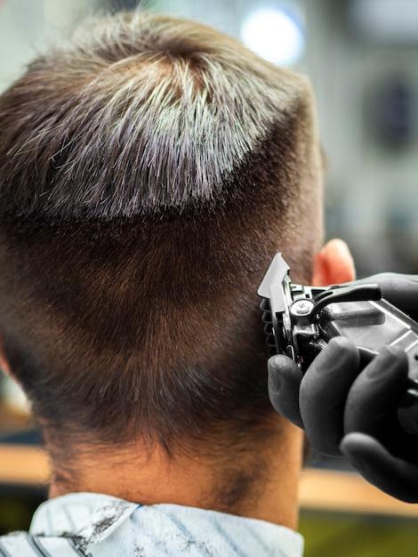 Primer plano del hombre que consigue un nuevo corte de pelo Foto gratis