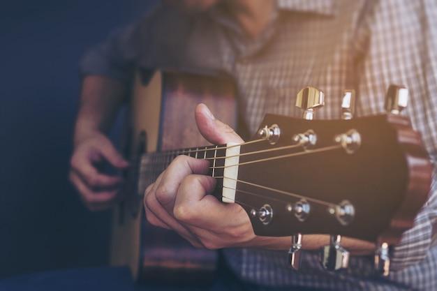 Primer plano de hombre tocando la guitarra Foto gratis