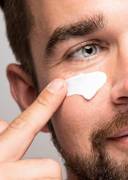 Primer plano, de, hombre, utilizar, crema facial Foto gratis