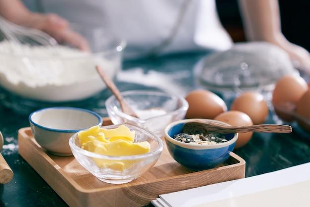 Primer plano de ingredientes alimenticios para hornear galletas Foto gratis