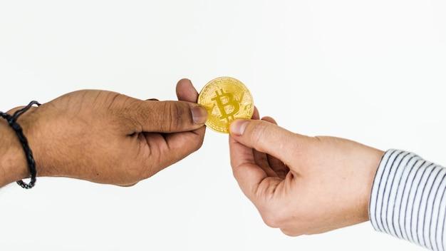 Primer plano de intercambiar bitcoin aislado en fondo blanco Foto gratis