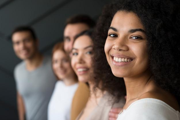 Primer plano jóvenes sonriendo Foto gratis